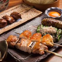 日本三大美味鶏の一つ「比内地鶏」を炭火焼きで味わう。
