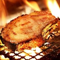 美明豚48時間熟成の骨付きロース肉の炭火焼き