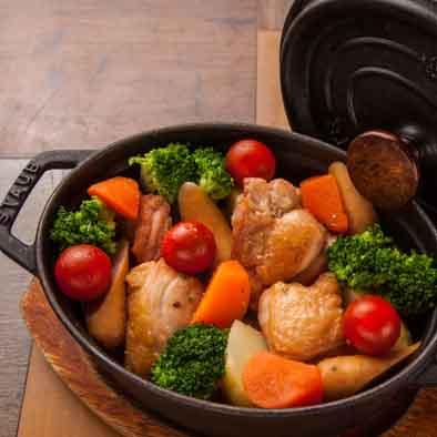 季節野菜と鶏モモ肉のダッチオーブン蒸し