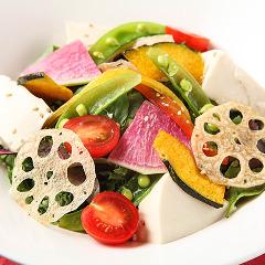 おぼろ豆冨と根菜チップの金胡麻サラダ
