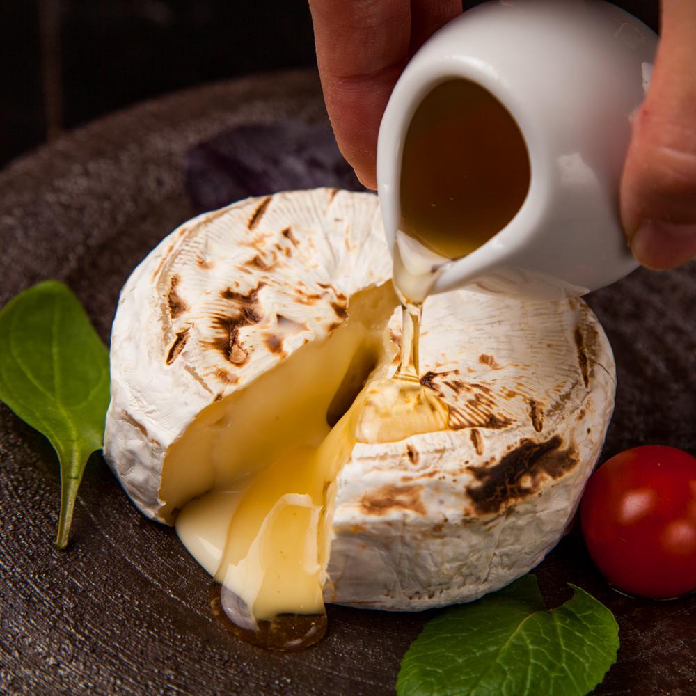 焼きカマンベールチーズ ハニーポット添え