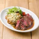 牛サーロインのステーキとチキンの香草パン粉チーズ焼き ハーフ&ハーフ盛り合わせ