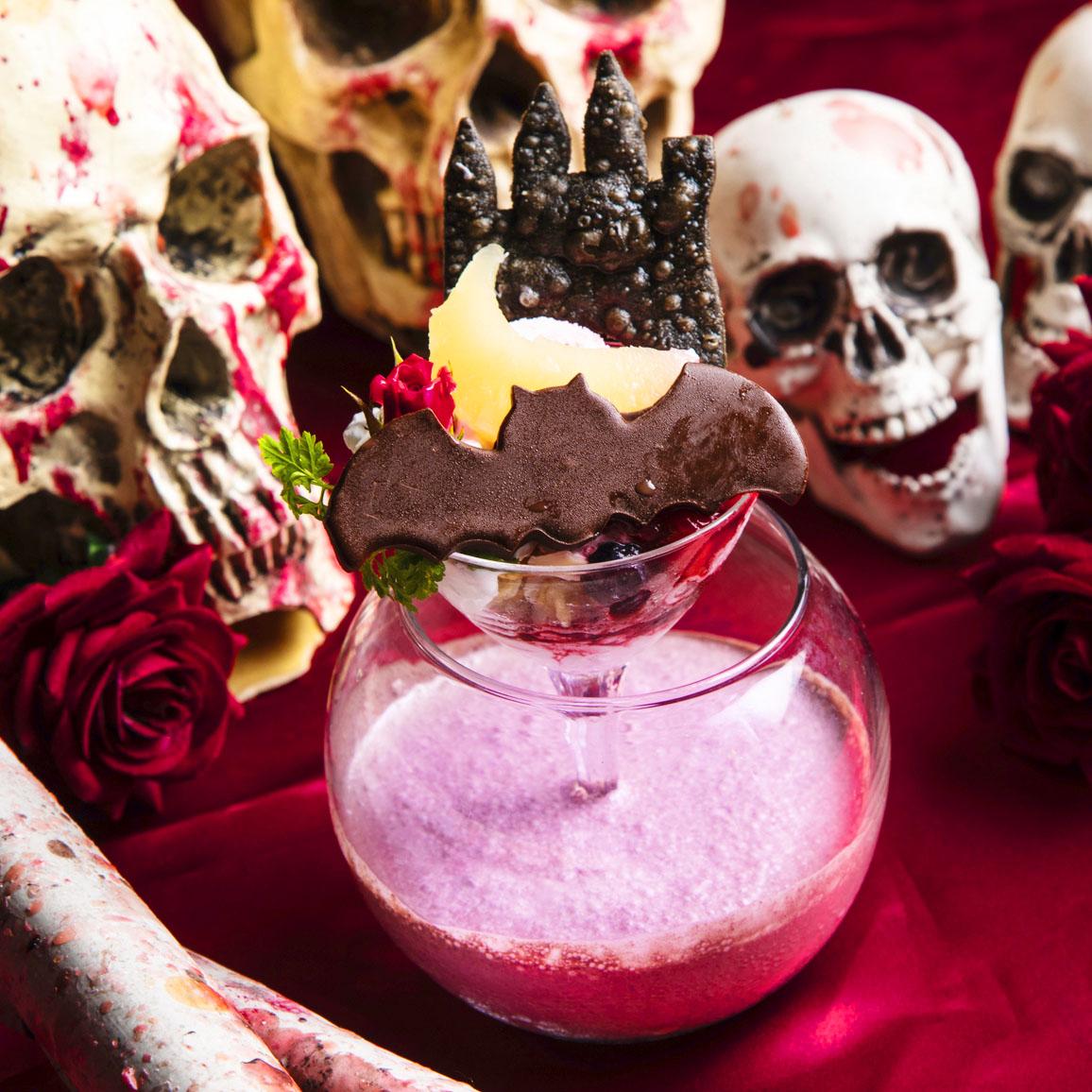 闇夜に浮かぶ漆黒の吸血鬼城 ソイとアサイーのデザートスムージー