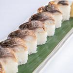 燻製した〆鯖の炙り棒寿司