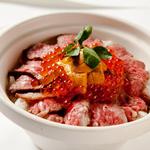 群馬産赤城牛のローストビーフ土鍋めし 生雲丹・イクラと香味ソース