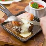 熱々!!とろけるラクレットチーズと黒毛ハンバーグのスキレット