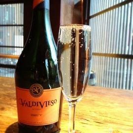 グラスになみなみつがれるこぼれスパークリングワイン!