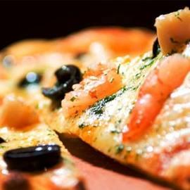 アンチョビとオリーブのトマトソースピザ