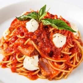 フレッシュモッツァレラと厚切ベーコンのトマトパスタ